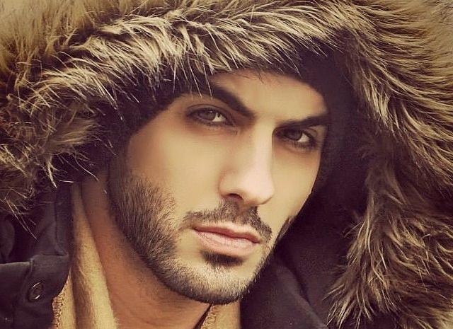 Omar Borkan al Gala w zimowej czapce z futrem