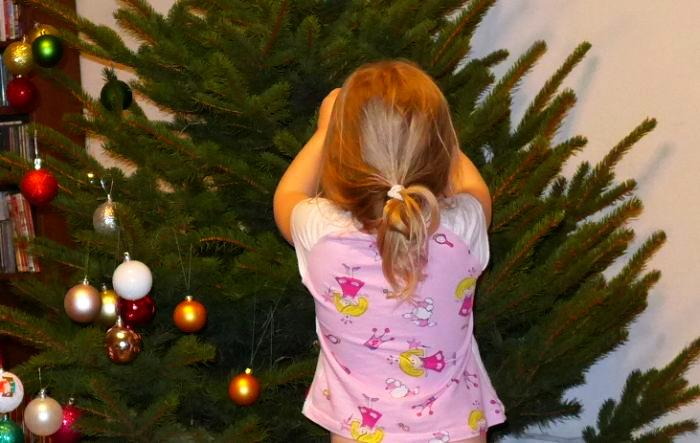 межкультурная елка девочка наряжает елку вид сзади