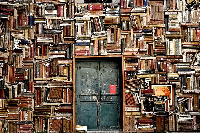 Обшарпанная дверь, окруженная книжными полками