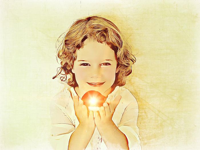 Девочка держит в руках свое сокровище