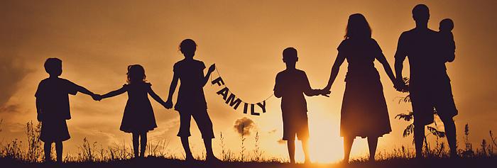 rodzina międzynarodowa trzyma się za ręce http://www.breadalbane.pkc.sch.uk/BA/wp-content/uploads/2016/05/family-ties-702x336.jpg