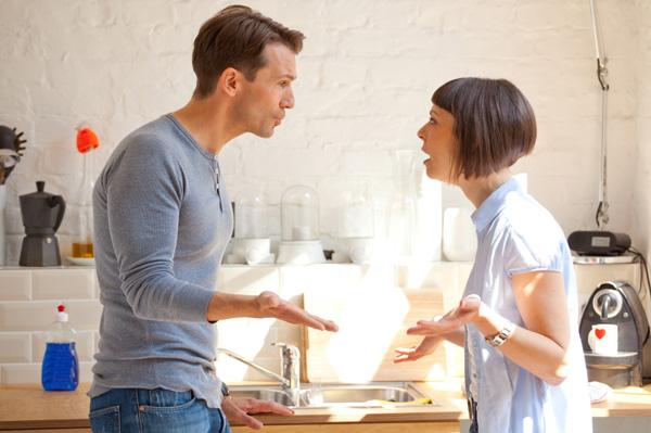 Mężczyzna i kobieta kłócą się przy kuchennym zlewie