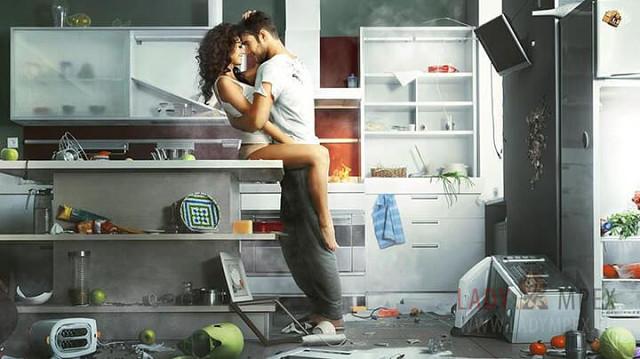 Para przytula się w zdemolowanej kuchni