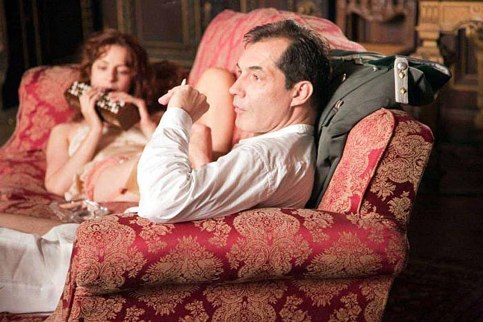 Кадр из фильма Ces amours-là. Девушка лежит на диване с мужчиной.
