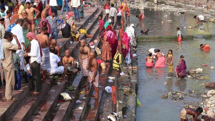 Rytualna oblucja w rzece Ganges w Hardiwarze w Indiach, rok dwa tysiące czternaście