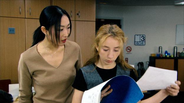 Кадр из фильма Страх и трепет Японска и ее европейская подчиненная рассматривают документы
