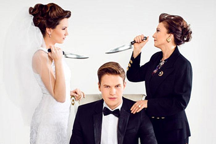 Невеста и свекровь размахивают ножами над головой жениха в межкультурной семье