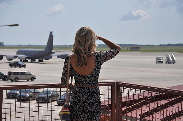 Kobieta stoi na lotnisku i patrzy na samoloty, na jednym z których do siebie poleci jej narzeczony z Turcji