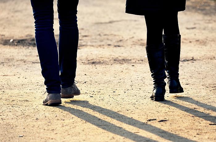 Nogi mężczyzny i nogi kobiety idą obok